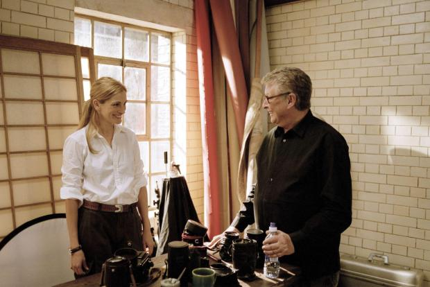 julia-roberts-and-mike-nichols-in-closer-(2004)-large-picture